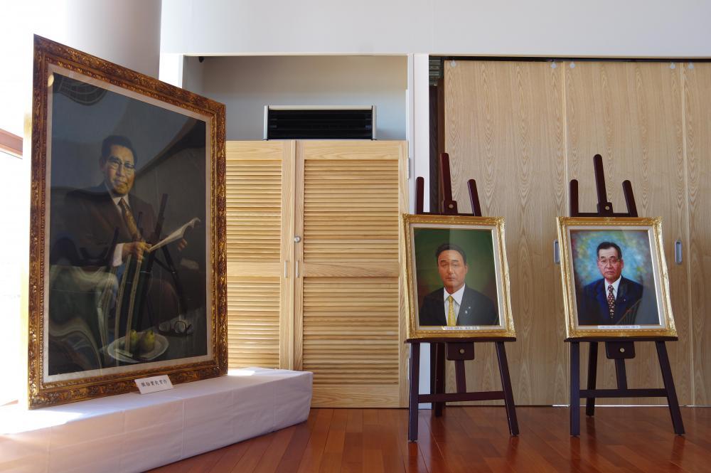 歴代町長の肖像画。作品に引き込まれるような存在感です。