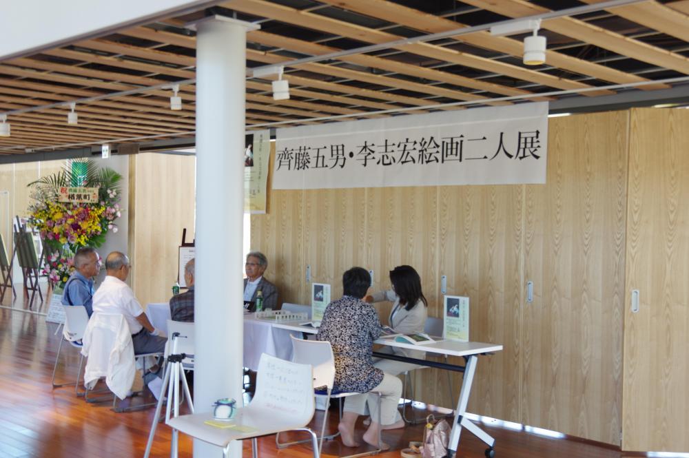 展示会場前の受付。李先生が所属する一水会の作品集などが閲覧できます。