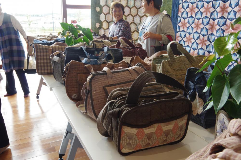 多彩なデザインのバッグ類